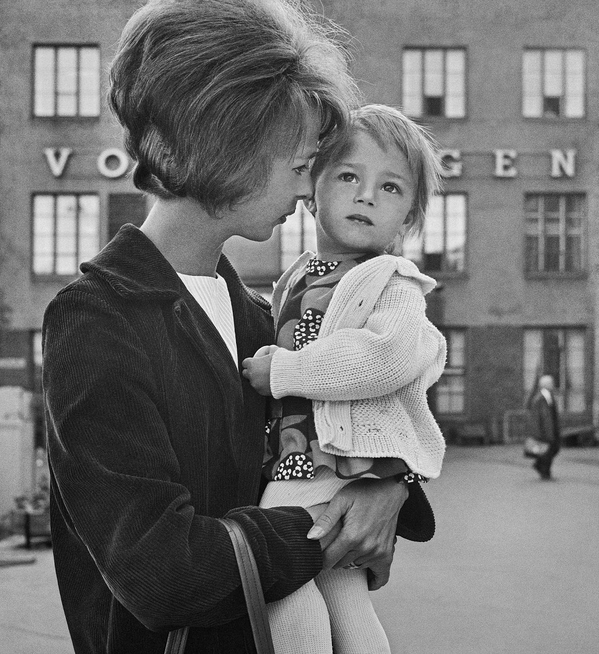Aikuinen ja lapsi Helsingin rautatieasemalla